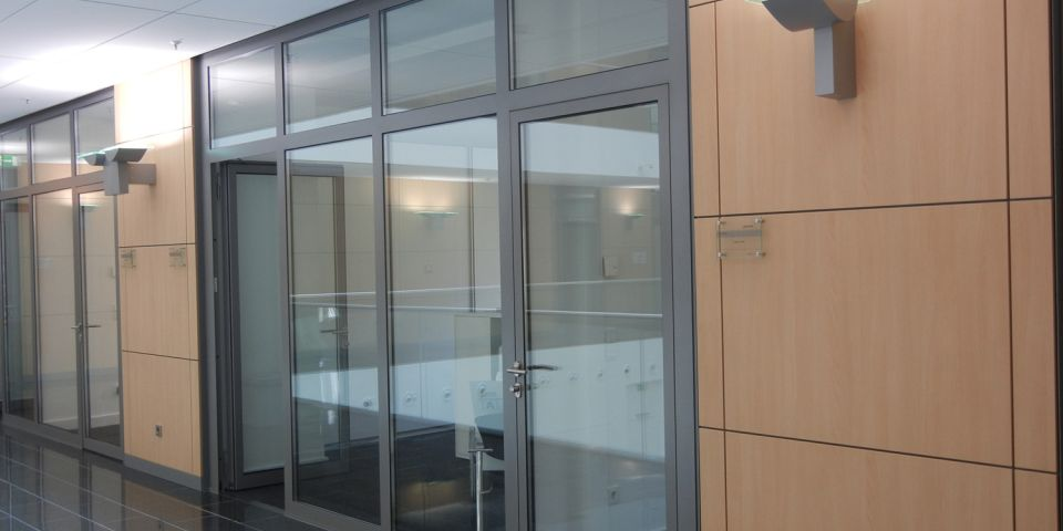 Partition wall with 2 integrated doors.