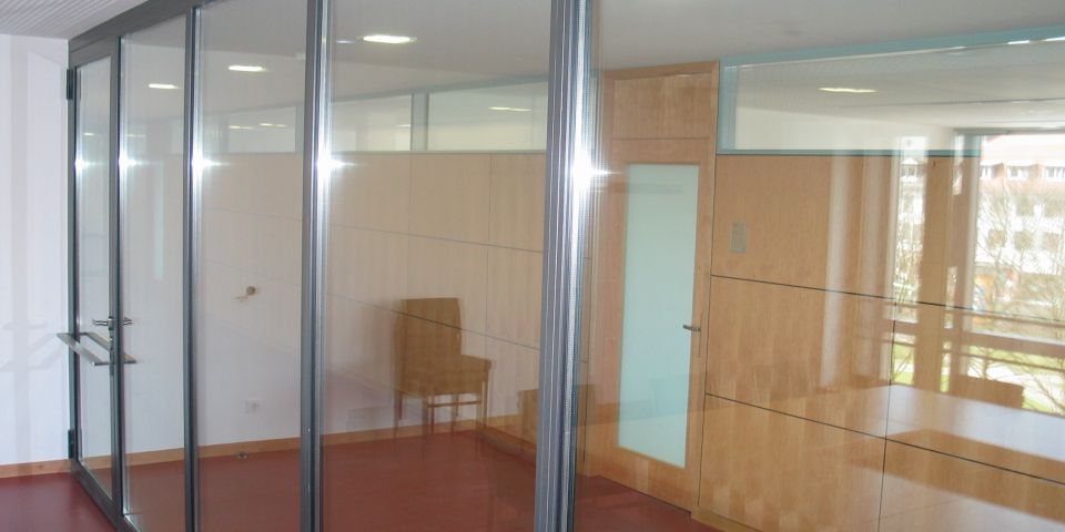 Security partition wall within a court.